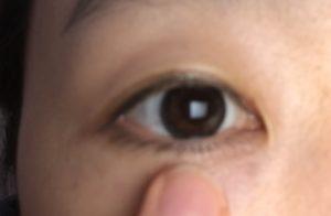 コンシーラーを目の下に塗っている写真