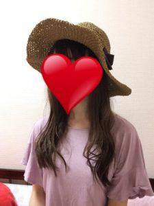 巻き髪に帽子をかぶった写真