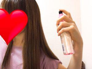 髪にスタイリング剤を湿布している写真