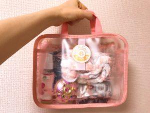 ロジャ・ガレのポーチ付きスパバッグに私物を入れた写真